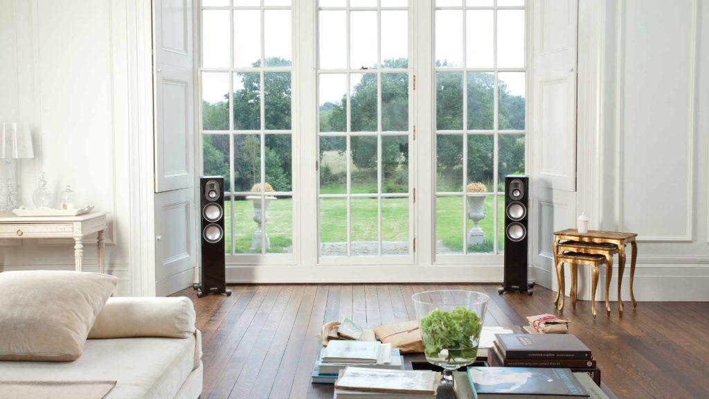 Monitor Audio Gold 200 vor dem Fenster