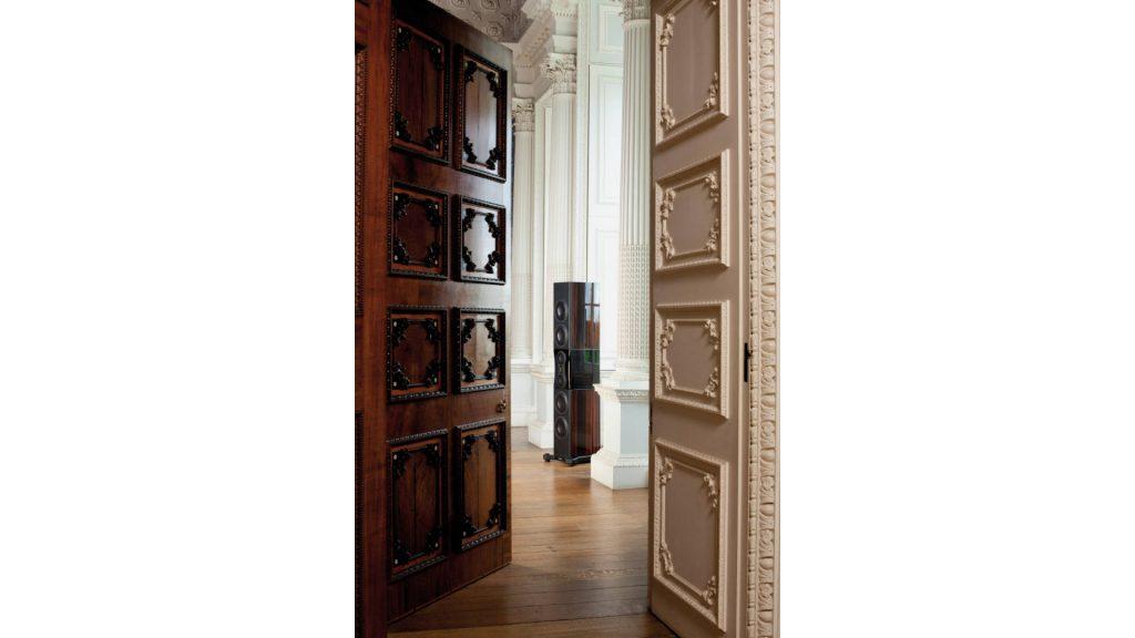 Monitor Audio Platinum PL500 II hinter zwei Türen