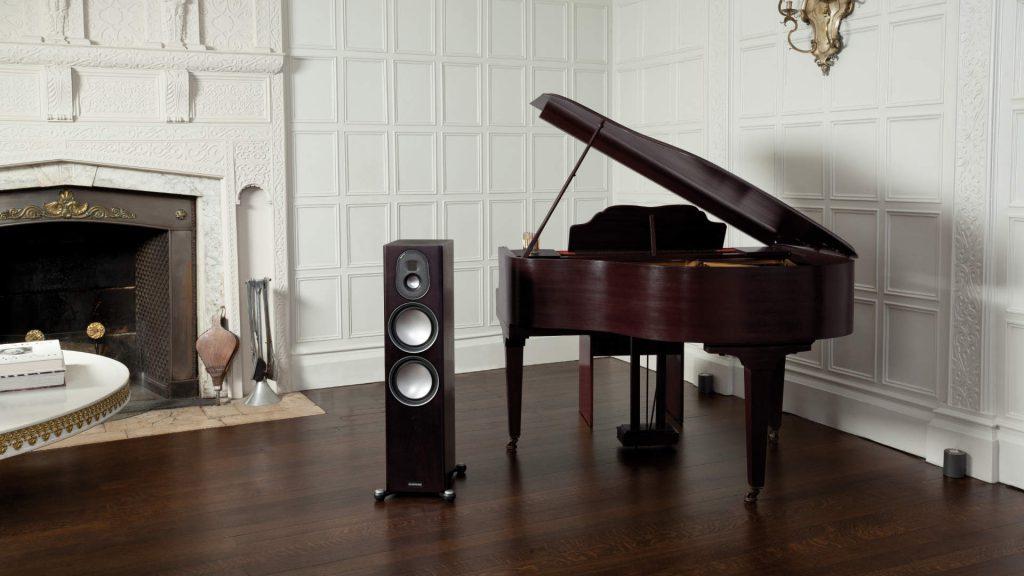 Monitor Audio Gold 300 mit Klavier im Wohnzimmer