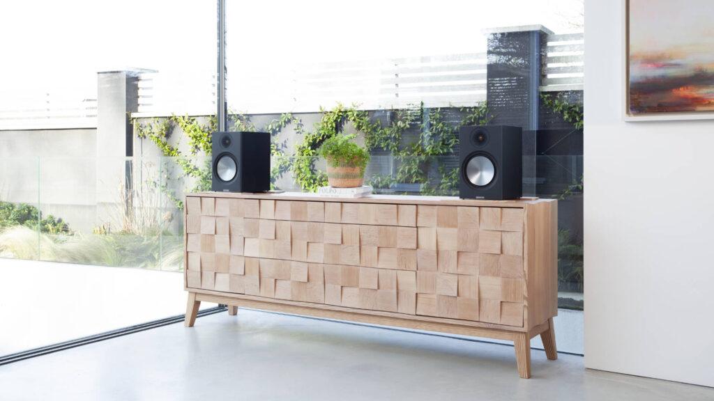 Monitor Audio Bronze 100 auf Sideboard