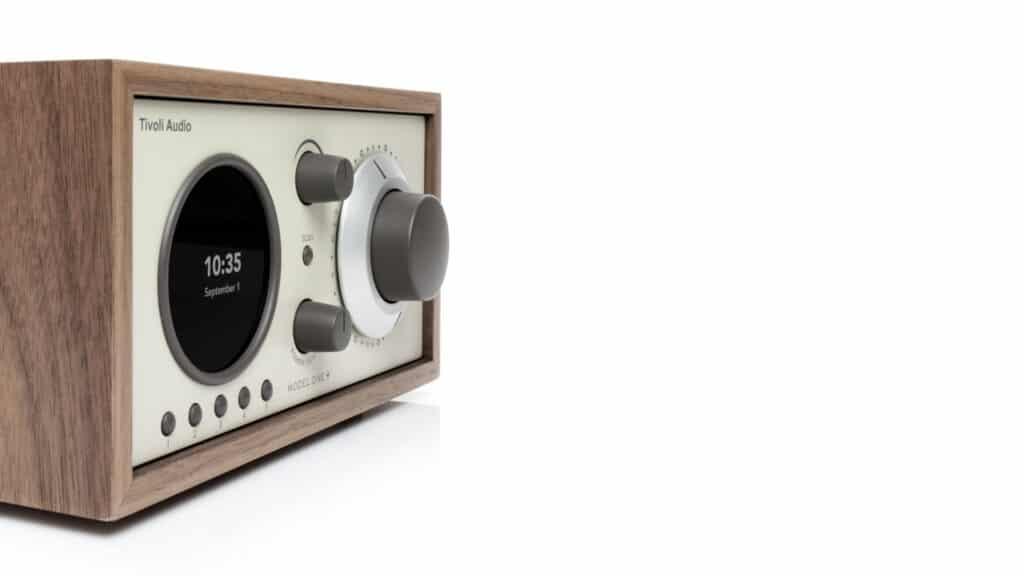 Tivoli Audio Model One+ Knöpfe im Profil