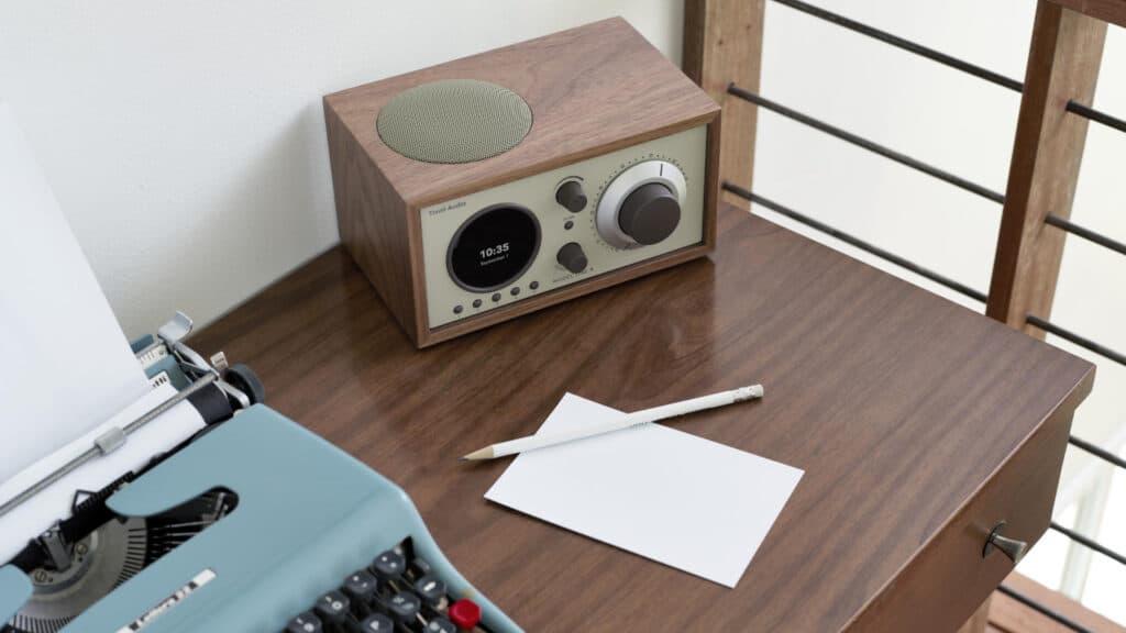 Tivoli Audio Model One+ auf dem Schreibtisch