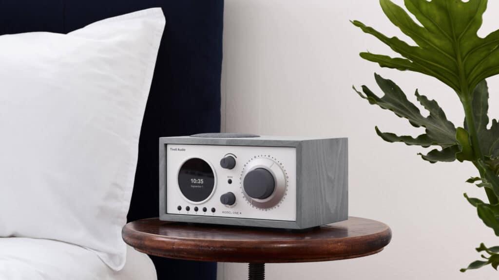 Tivoli Audio Model One+ im Schlafzimmer